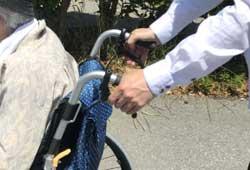 車椅子介助者の手元