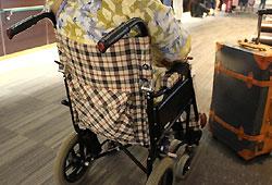 車椅子に座るおばあちゃん