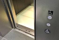 エレベーターの車椅子利用者用ボタン