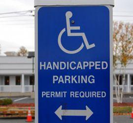 車椅子と駐車場スペース