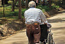 車椅子を押す人の写真
