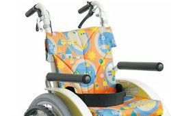カワムラサイクルの子供車椅子AYCMシリーズ車椅子