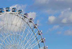 遊園地の観覧車のイメージ