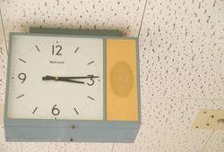 昼過ぎの時計の写真