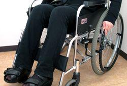 車椅子に乗る女性
