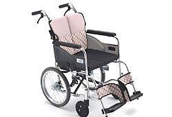 車椅子を押してもらう人のイメージ