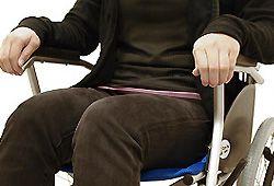 車椅子に座る人