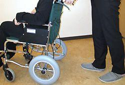 車椅子に乗るイメージ