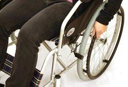 車椅子を漕ぐイメージ