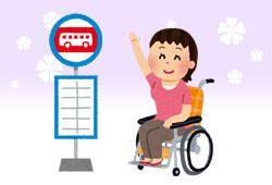 バス停にいる車椅子の女性