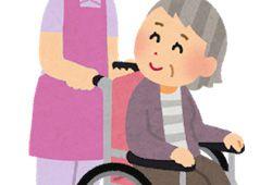 安心して車椅子に座るおばあさん