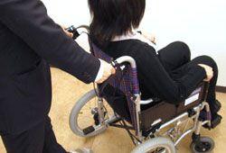 車椅子を介助するイメージ