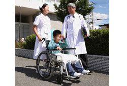 車椅子に乗る子供