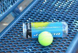 テニスボールとドリンク